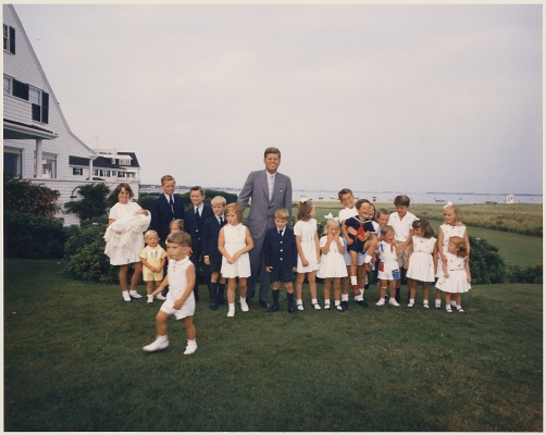 Hyannisport_Weekend-_President_Kennedy_with_children_-_NARA_-_194265
