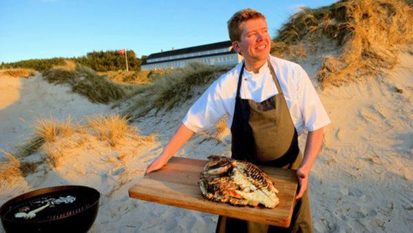 Kok, Kenneth Hansen, Svinkløv Badehotel, tilbereder en helstegt pighvar på gril. Dato: 10.05.10 © Foto: Lars Horn / Baghuset.