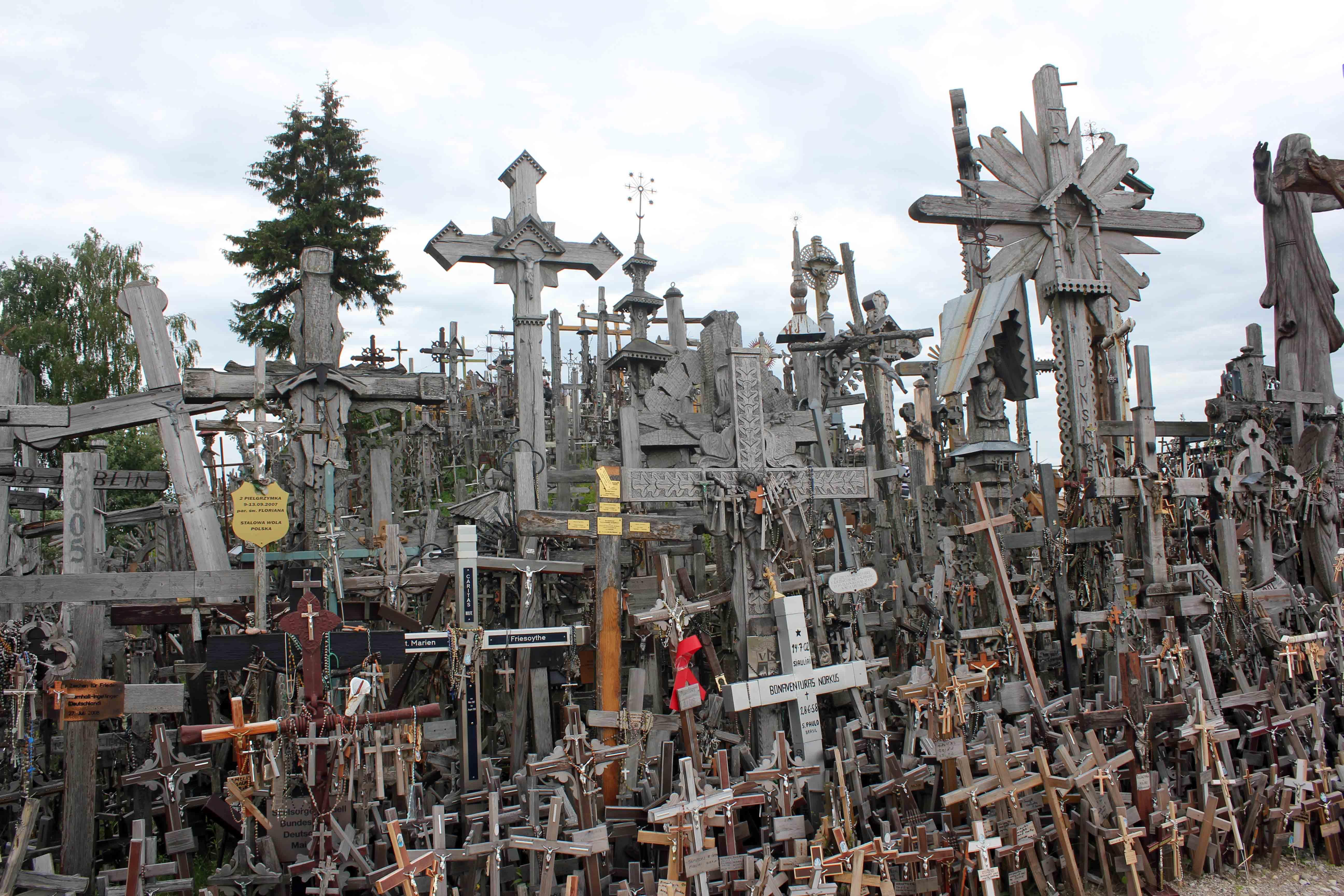 En bakke i Litauen fyldt med kors og krucifikser