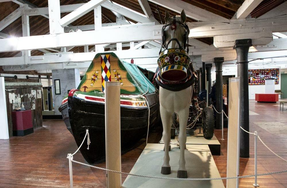 """På det britiske National Waterways Museum udstilles et stort antal gamle kanalbåde. de er næsten alle smukt dekoreret i stilen """"Castles and roses"""" (slotte og roser), som var på mode i 1800-tallet."""