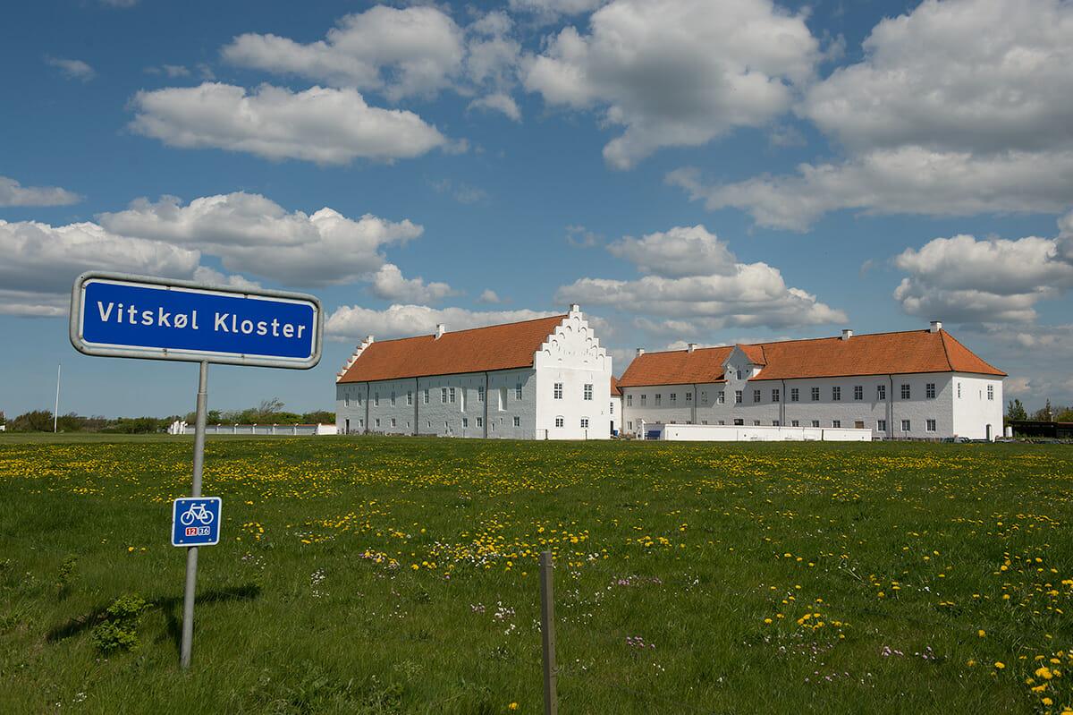 Klosterliv set fra  sidelinjen