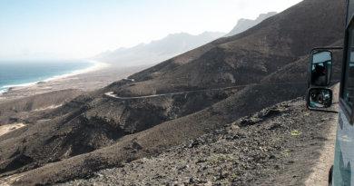 Turen til Playa de Cofete og Villa Winter går gennem et vulkansk landskab ad støvede veje med hårnålesving. Foto: Karin Møller-Olsen