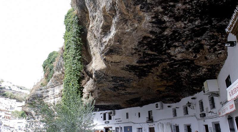 Omkring 100 af husene i Den lille andalusiske by, Setenil de Las Bodegas er bygget ind i naturelige klippehuler